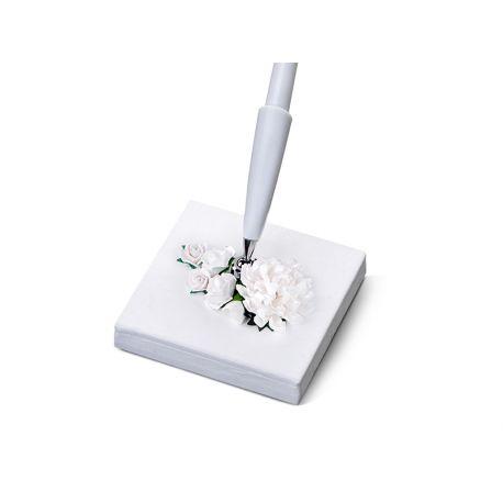 Ozdobné pero na svadbu - biele kvietky