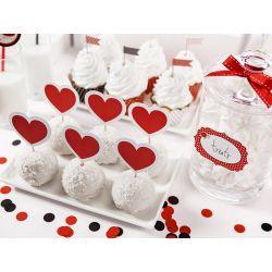 Červené ozdoby na muffiny alebo cupcake